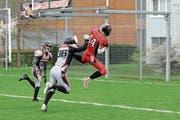 Der Zuger Wide Receiver Silvan Soom (in Rot) ist auf dem Weg zu einem spektakulären Touchdown. (Bild: Philipp Meier (Zug, 13. April 2019))