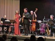 Die SSC Big Band Rheintal, hier mit Präsident Erich Koller (stehend am E-Bass), Uschi Palmisano, Lukas Stocker (Piano) und Schlagzeuger Wolfgang Ludescher beschenkte sich zu ihrem 25. Geburtstag selbst mit dem Auftritt des Gaststars Baptiste Herbin (mit Saxofon). (Bild: Ulrike Huber)