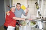 Suppenköchin Marthi Bissig-Imholz und Brosi Arnold kosten den zweiten Sud Gemüsesuppe. (Bild: Franz Imholz)