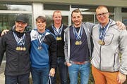 Die erfolgreichen Flöser Männer sind schwer mit Medaillen behangen: Pascal Schlegel, Jorge Diez Etcheverry, Walter Rohrer, René Weder und Nils Krönert (von links). (Bild: PD)