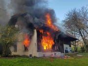 Ein Brand zerstörte die Unterkunft für abgewiesene Asylsuchende in Oftringen AG. Ein Bewohner wurde wegen des Verdachts auf Brandstiftung festgenommen. (Bild: Handout Kantonspolizei Aargau)