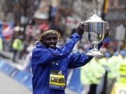 Lawrence Cherono zeigt seinen Siegerpokal vom Boston Marathon (Bild: KEYSTONE/EPA/CJ GUNTHER)