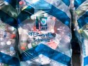 Kampf dem Plastikmüll: Mineralwasser-Anbieter Evian testet ein neues System zur Quellwasser-Versorgung für den Hausgebrauch. (Bild: KEYSTONE/CHRISTIAN BEUTLER)