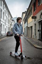 SoFlow-Mitgründer Manuel Hug tourt auf einem seiner E-Scooter durch die Stadt St.Gallen. (Bild: Adriana Ortiz Cardozo)