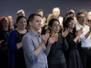 Journalisten applaudieren den Gewinnern des Pulitzerpreises. Den Hauptpreis erhielt die Zeitung «Sun-Sentinel» aus dem US-Bundesstaat Florida für ihre Berichterstattung nach dem Massaker an einer High School. (Bild: KEYSTONE/AP/SETH WENIG)