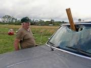 Ein Holztrümmer krachte während des Sturms in Hamilton im US-Bundesstaat Missouri durch die Frontscheibe eines Autos. (Bild: KEYSTONE/FR156075 AP/JIM LYTLE)