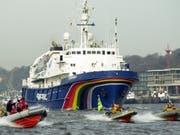 Das Greenpeace-Schiff Esperanza - hier eine Aufnahme von 2002 - hat eine neue Mission: Es transportiert Forschende ein Jahr lang von der Arktis bis zur Antarktis, um die Geheimnisse und wunden Stellen der Hohen See zu erkunden. (Bild: Keystone/EPA DPA/KAY NIETFELD)