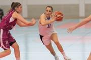 Die Luzernerin Marjana Milenkovic (am Ball) setzt sich unwiderstehlich gegen die Blonay-Spielerin Diane Anex durch.Bild: Roger Grütter (Luzern, 13. April 2019)