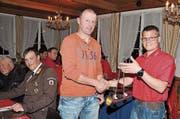 Vizepräsident Daniel Keel (rechts) überreicht Heinz Schmid als Dank für 25 Jahre im Dienste des Nächsten das Feuerhorn. (Bild: j)