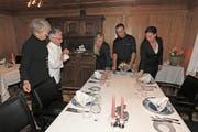 Künftig legen im Restaurant Löwen in Menzingen nicht mehr Christine und René Weder (links) die Gedecke für die Gäste bereit, sondern Tanja Rebhan, Franco Körperich und Tanja Schacher (von rechts). (Bild: Charly Keiser, 11. April 2019)