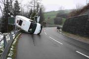 Bei der Kollision zwischen einem Auto und einem Lieferwagen verletzten sich zwei Personen leicht. (Bild: Kapo)