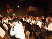 Zwei Musikkorps treten für einmal gemeinsam auf. (Bild: Kurt Liembd (Alpnach, 14. April 2019))