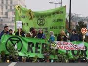 Aktivisten blockieren während der Klima-Proteste die Waterloo Bridge in London. (Bild: KEYSTONE/EPA/ANDY RAIN)