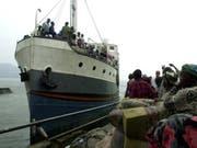 Schiff auf dem Kivu-See im Osten des Kongos: Schiffe und Boote im zentralafrikanischen Staat sind häufig völlig überladen. (Bild: KEYSTONE/EPA BELGA/JACQUES COLLET)
