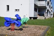 Bald ein leerer Spielplatz: Der Kindergarten im Erdgeschoss der Neugrubenstrasse 29a bleibt im nächsten Schuljahr zu. Bild: Nicola Ryser