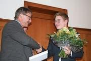 Der Präsident von Gastro Obwalden, Hansruedi Odermatt, gratuliert Schweizer Meister Martin Amstutz zu dessen überragenden Leistungen an den Swiss Skills in Bern. (Bild: Sepp Odermatt, Kerns, 15. April 2019)
