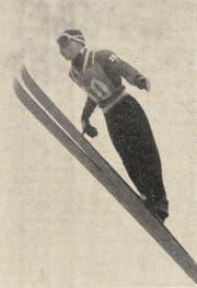 Der Sieger Kalevi Kaerkinen aus Finnland beim Flug über die Säntisschanze .