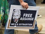 Ein Demonstrant in Sydney trägt ein Schild mit der Forderung für eine Freilassung von Wikileaks-Gründer Julian Assange nach dessen Festnahme in London. (Bild: KEYSTONE/EPA AAP/PETER RAE)