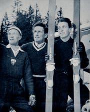 Andreas Däscher (links) und der Wildhauser Niklaus Stump (Mitte) beraten den Nachwuchsspringer Toni Cecchinato im Januar 1959.
