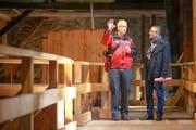 Der St.Galler Feuerwehrkommandant Christian Isler (links) und Thomas Franck, Verwaltungsdirektor des Bistums St.Gallen, im Dachstock der St.Galler Kathedrale. (Bild: Raphael Rohner)