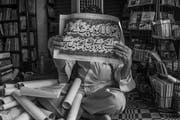 Sagar Shiriskar dokumentierte die Geschichten und Werke eines der letzten Kalligrafen von Mumbai. Die Bilderserie ist in Schwarz-Weiss festgehalten. (Bild: Sagar Shiriskar)