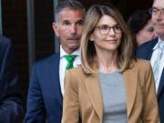 US-Schauspielerin Lori Loughlin und ihr Mann Mossimo Giannulli haben im Bestechungsskandal um Zulassungen an US-Eliteuniversitäten auf nicht schuldig plädiert. (Bild: KEYSTONE/EPA/CJ GUNTHER)