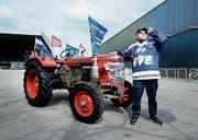 Für das Foto vor der Bossard-Arena hat Kari Theiler seinen Traktor aus der Garage geholt. (Bild: Stefan Kaiser (Zug, 16. April 2019))