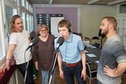 Marianne Hurschler und Kevin Schaumlechner (Mitte) mit ihren Coaches Matthias Büeler (links) von Radio 3fach und Talin Canova (rechts). (Bild: Marion Wannemacher (Stans, 16. April 2019))