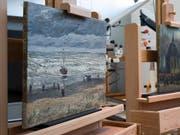 Die Gemälde «Strand von Scheveningen» aus dem Jahr 1882 und «Die Kirche von Nuenen mit Kirchgängern» von 1884/85 kehren am Mittwoch nach aufwendiger Restaurierung in das Van-Gogh-Museum zurück. (Bild: KEYSTONE/AP/PETER DEJONG)