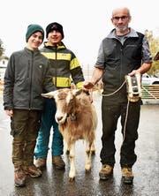 Die neugewählte Miss Grabs Conny ist der ganze Stolz von Bruno Hagman und seinen Söhnen Thomas und Josua (von rechts).Bild: Heidy Beyeler