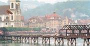 In der Nacht vom 18. August 1993 brannte beinahe die komplette Kapellbrücke nieder. Bild: Str/Keystone (Luzern)