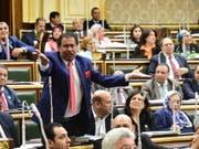 In Ägypten beschloss eine Zwei-Drittel-Mehrheit der 596 Abgeordneten am Dienstag Verfassungsänderungen, die die Amtszeit von Staatschef Al-Sisi bis 2030 verlängern. (Bild: KEYSTONE/EPA/KHALED MASHAAL)