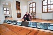 Pierre-Philippe Hofmann mit einigen seiner 72 Monitoren, die einen Blick auf die Schweiz ermöglichen. Bild: Romano Cuonz (Sachseln, 14. April 2019)