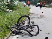 Der Verunfallte trug laut Angaben der Polizei keinen Helm. (Bild: KEYSTONE/ARNO BALZARINI)