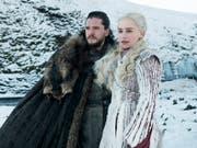Die Schauspieler Kit Harington (als Jon Snow) und Emilia Clarke (Daenerys Targaryen) in einer Szene aus der ersten Folge der letzten Staffel der HBO-Hitserie «Game of Thrones». (Bild: KEYSTONE/AP HBO)