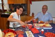Yvonne und Franz Dähler sitzen für einmal selber am Frühstückstisch, der an anderen Tagen für ihre Gäste reserviert ist. (Bild: Zita Meienhofer)