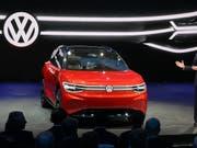 VW stellt an der Automesse in Shanghai einen E-SUV vor. Der deutsche Autokonzern investiert laut einer Studie am meisten Geld in Forschung und Entwicklung. (Bild: KEYSTONE/AP/NG HAN GUAN)