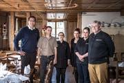 Christian Longatti (links) mit seinen Mitarbeiterinnen und Mitarbeitern in den Räumlichkeiten des Restaurant Hotel Hammer. (Bild Pius Amrein, 1. April 2019)