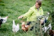 Bernadette Habermacher füttert die Bio-Hühner.