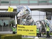 Greenpeace protestiert mit einem Plastik-Drachen bei Nestlé gegen Einwegplastik. (Bild: Keystone/LAURENT GILLIERON)