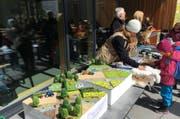 Die Parkmitarbeitenden informieren über Feldhase, Schneehase und Co. (Bild: Natur- und Tierpark Goldau)