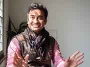 Sagar Shiriskar besucht zurzeit Lichtensteig. Der Inder lacht viel und spricht animiert über seine fotografischen Werke. An der Vernissage vom 18.April im Rathaus für Kultur in Lichtensteig wird er für die Besucher indisches Essen kochen. (Bild: Sascha Erni)