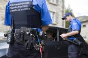 Grenzwächter kontrollieren die Papiere eines Fahrers. (Bild: Keystone)