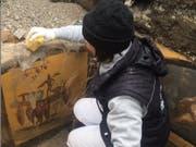 Eine Archäologin legt Fresken frei, welche die Theke eines Thermopoliums - eines Strassenimbisses - in Pompeji verzieren. Die zerfallene Stätte ist zwar saniert worden, aber ein Drittel der Stadt ist noch nicht freigelegt. (Instagram Massimo Osanna) (Bild: Instagram Massimo Osanna)