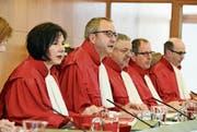 Bundesverfassungsgerichtspräsident Andreas Vosskuhe (Bildmitte) eröffnet die Verhandlung in Karlsruhe. (Bild: Uli Deck/Keystone (16. April 2019))