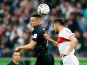 Luka Jovic (links) im Kopfballduell mit Ozan Kabak vom VfB Stuttgart (Bild: KEYSTONE/EPA/RONALD WITTEK)