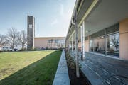 Das Kirchgemeindehaus Grossacker und der Kirchturm müssen saniert werden. (Bild: Hanspeter Schiess)
