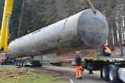 Millimeterarbeit: Immer wieder überprüfen die Arbeiter, wo der rund 21 Meter lange Stahltank auf dem Sattelschlepper zu liegen kommt. (Bild: Alessia Pagani)