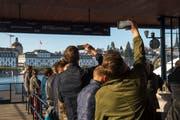 Besucher fotografieren die Meilihalle an der Wiedereröffnung. Bild: Dominik Wunderli (Luzern, 17. April 2019)