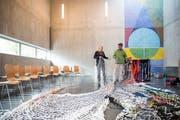Die Künstlerin Vera Staub mit ihrem «Biblion» aus Textilgarn im Innern der Kirche.
